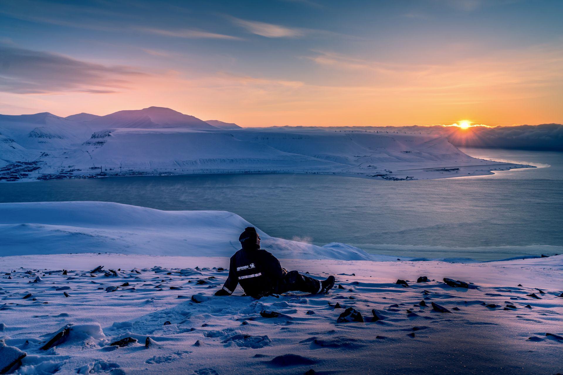 Свалбард. В далечината се вижда Лонгиербюен.