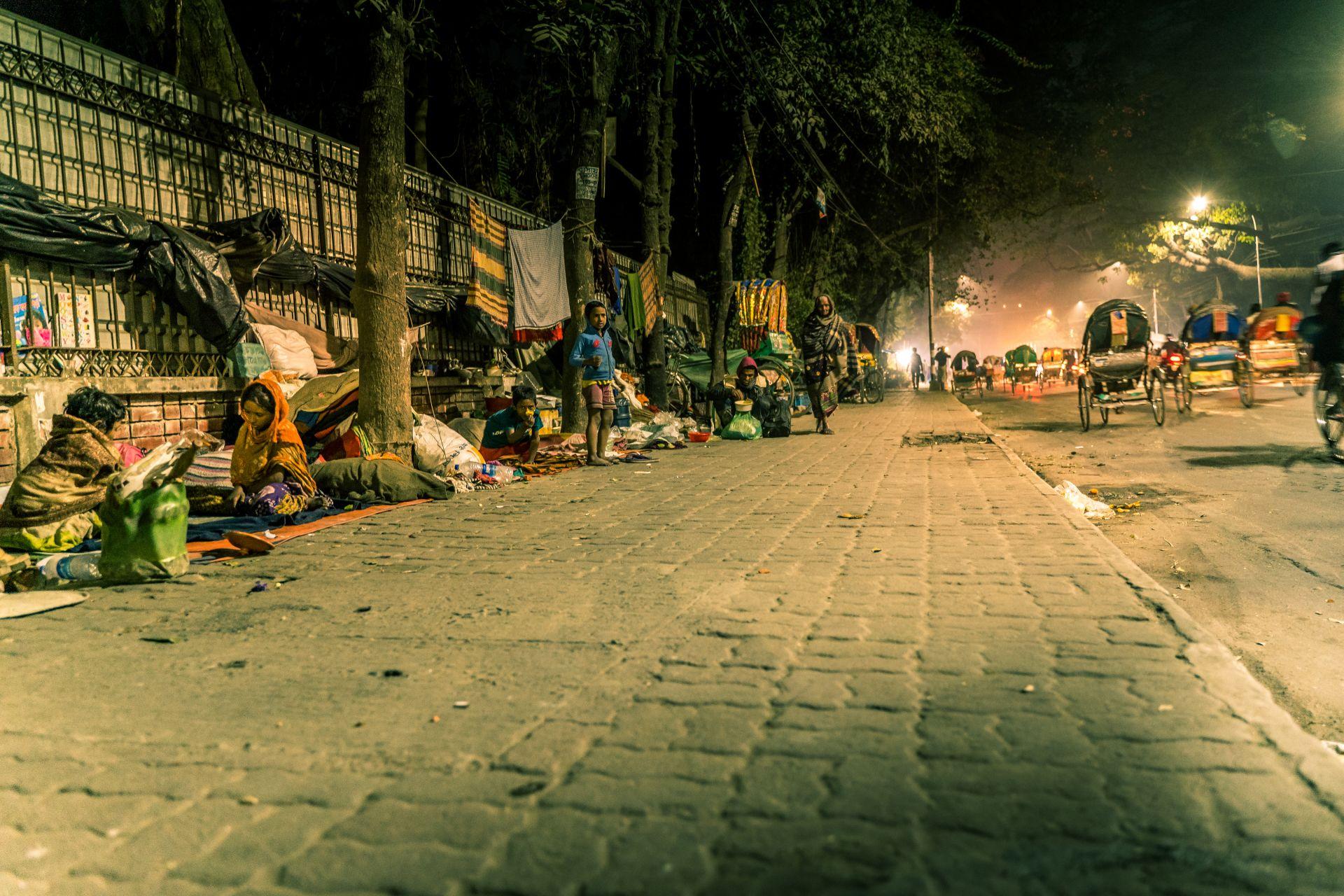 Дака, Бангладеш. Много семейства, милиони хора живеят на тротоара.