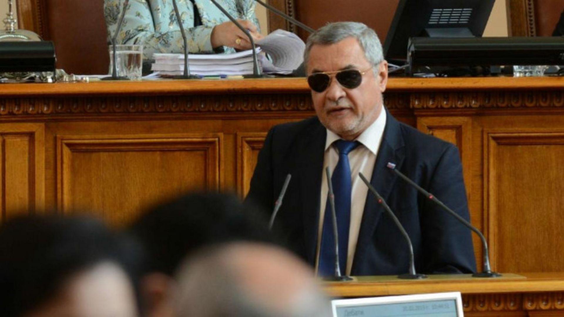 Валери Симеонов сложи тъмни очила заради здравословен проблем