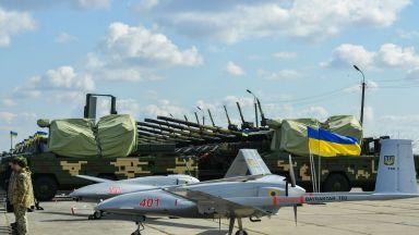 Порошенко наблюдава изпитания на турски бойни дронове в Украйна (снимки)