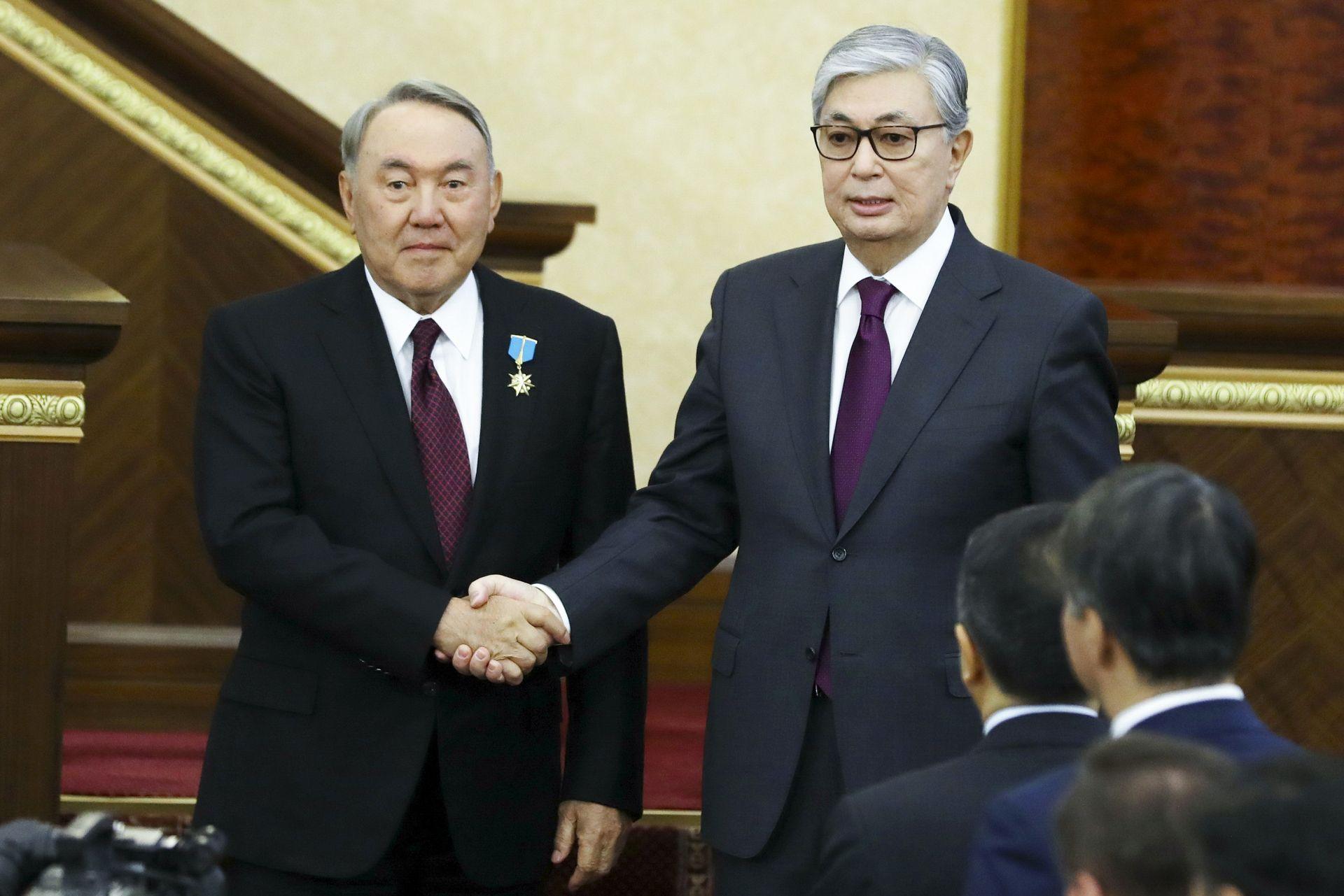 Новият президент на Казахстан Касим-Жомарт Токаев се ръкува с Нурсултан Назарбаев след церемонията по встъпване на длъжност
