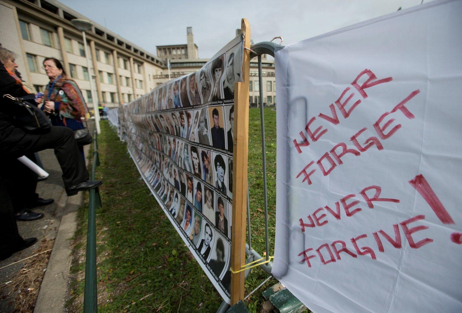 Пред съда в Хага; снимки на загинали и изчезнали хора в Босна