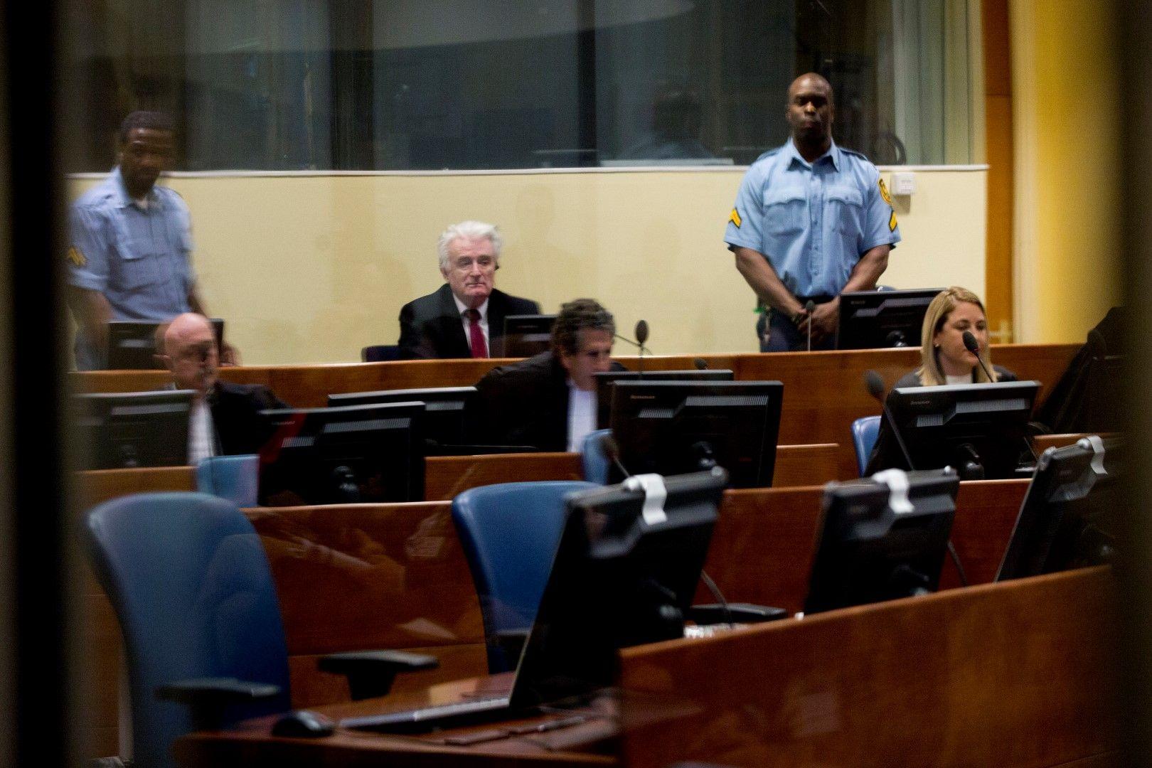 Радован Караджич в съдебната зала в Хага