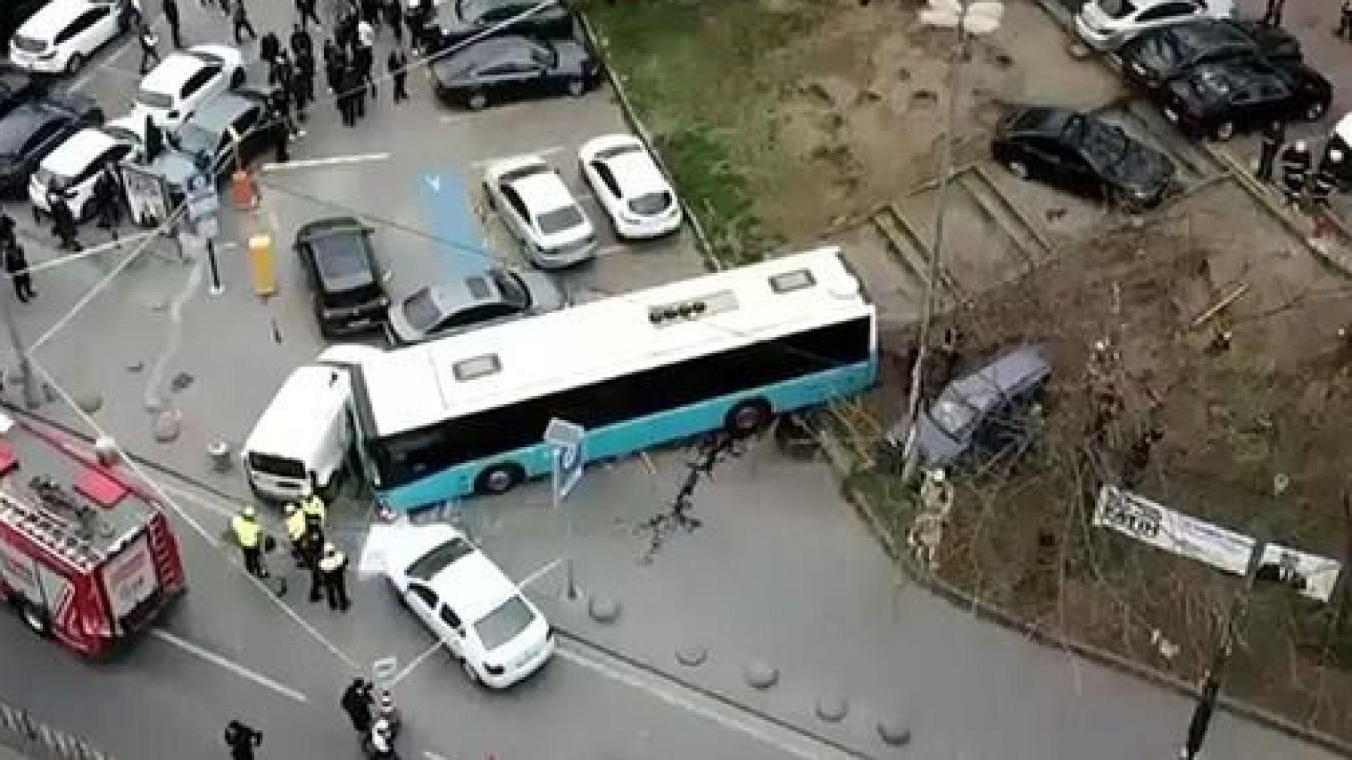 Пътнически автобус се вряза в паркирани коли и пешеходци в