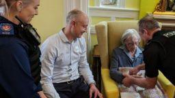 Арестуваха 104-годишна британка, за да изпълнят заветното й желание (снимки)
