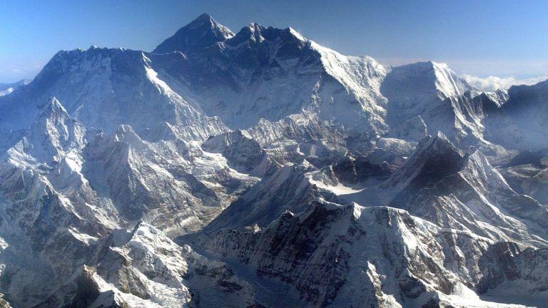Топящите се ледници на Еверест разкриват мъртви тела