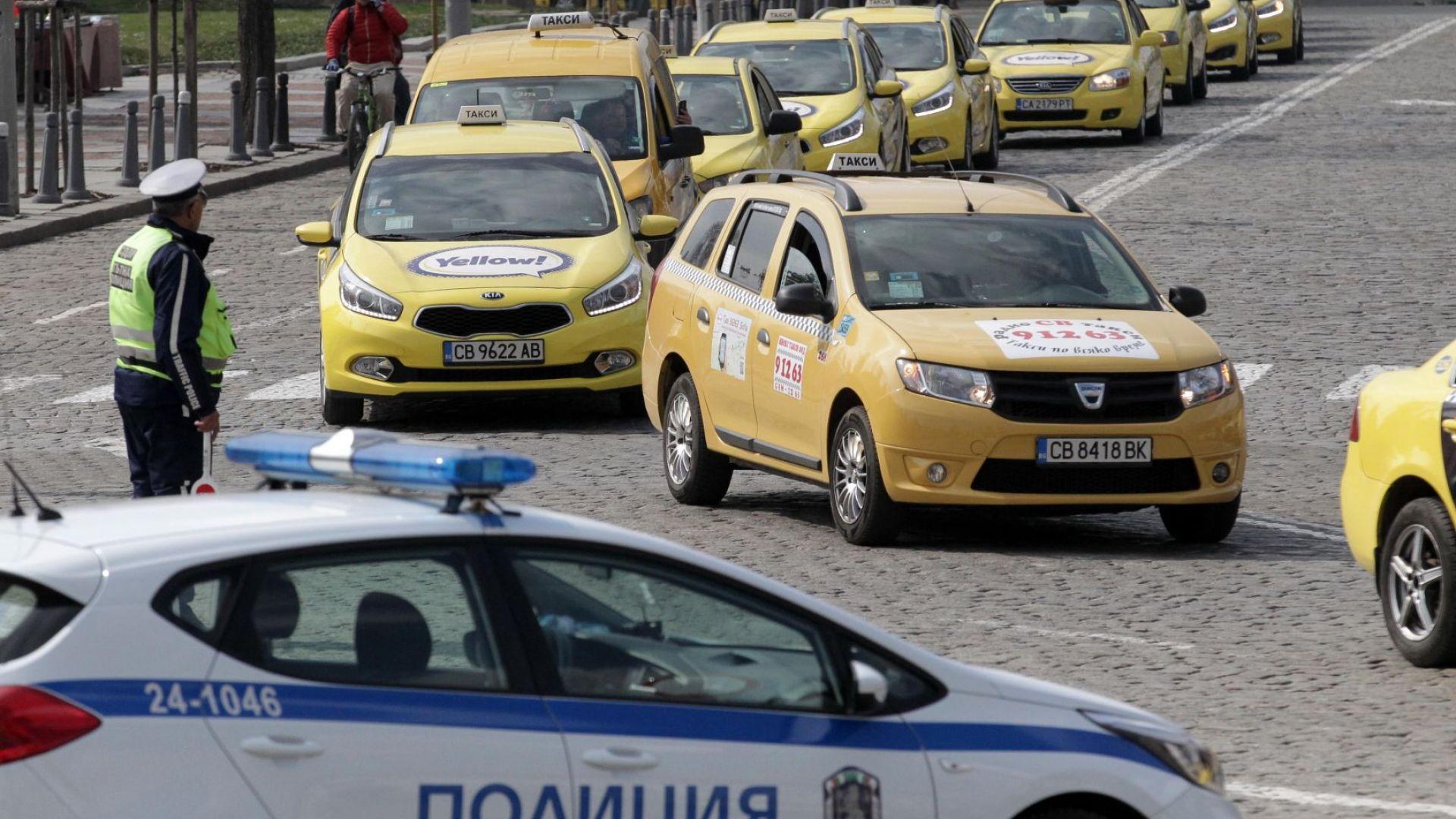 Протест на таксиметрови шофьори затрудни движението днес по