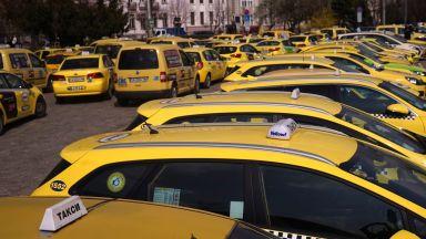 Протестиращи превозвачи и таксита блокират София