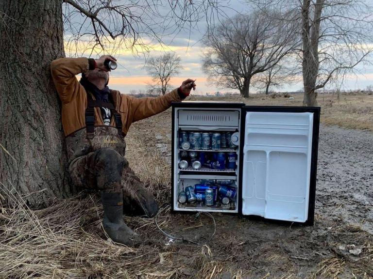 Американци откриха насред полето хладилник, зареден с бири