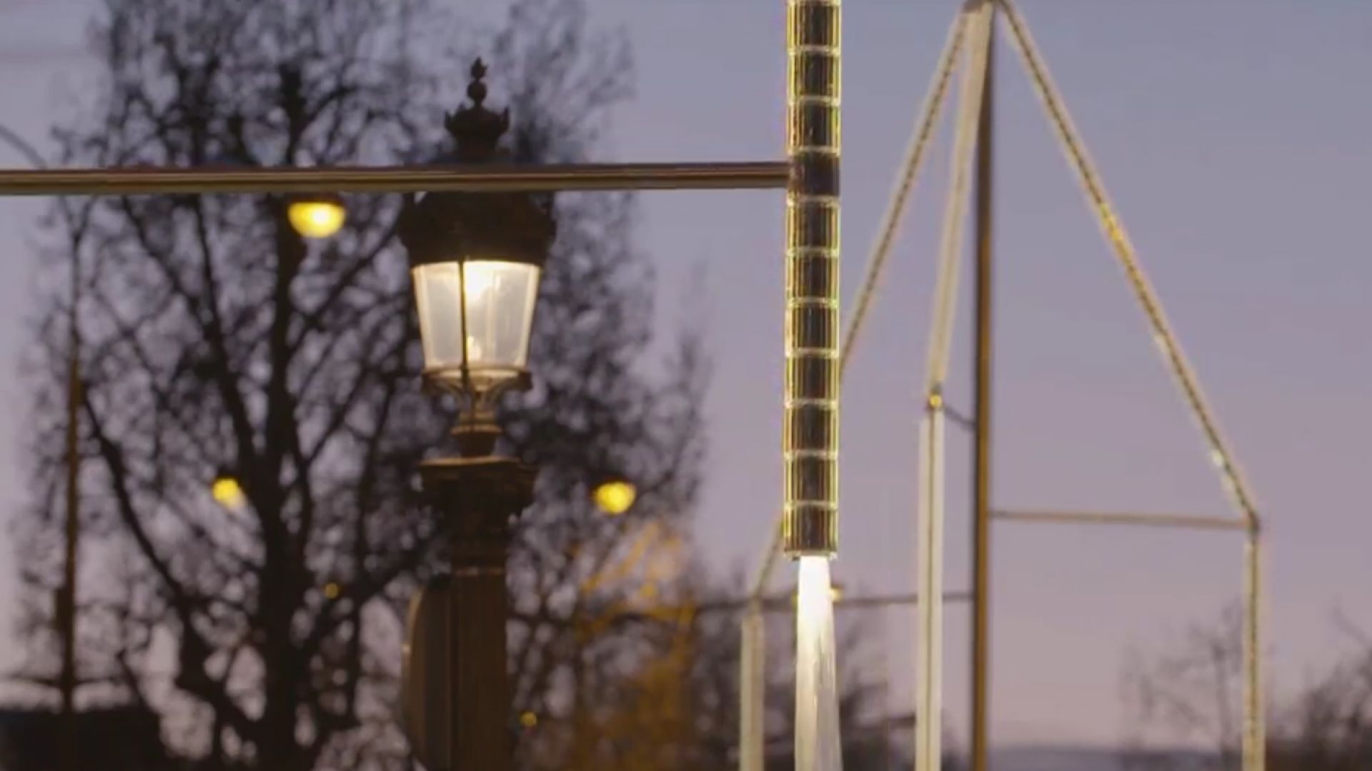 "Шест фонтана с кристали ""Сваровски"" светят на ""Шан-з-Елизе"" (видео)"