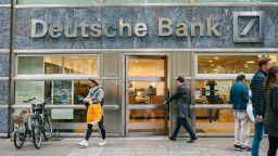 Катарски акционери в Дойче банк против сливането с Комерцбанк