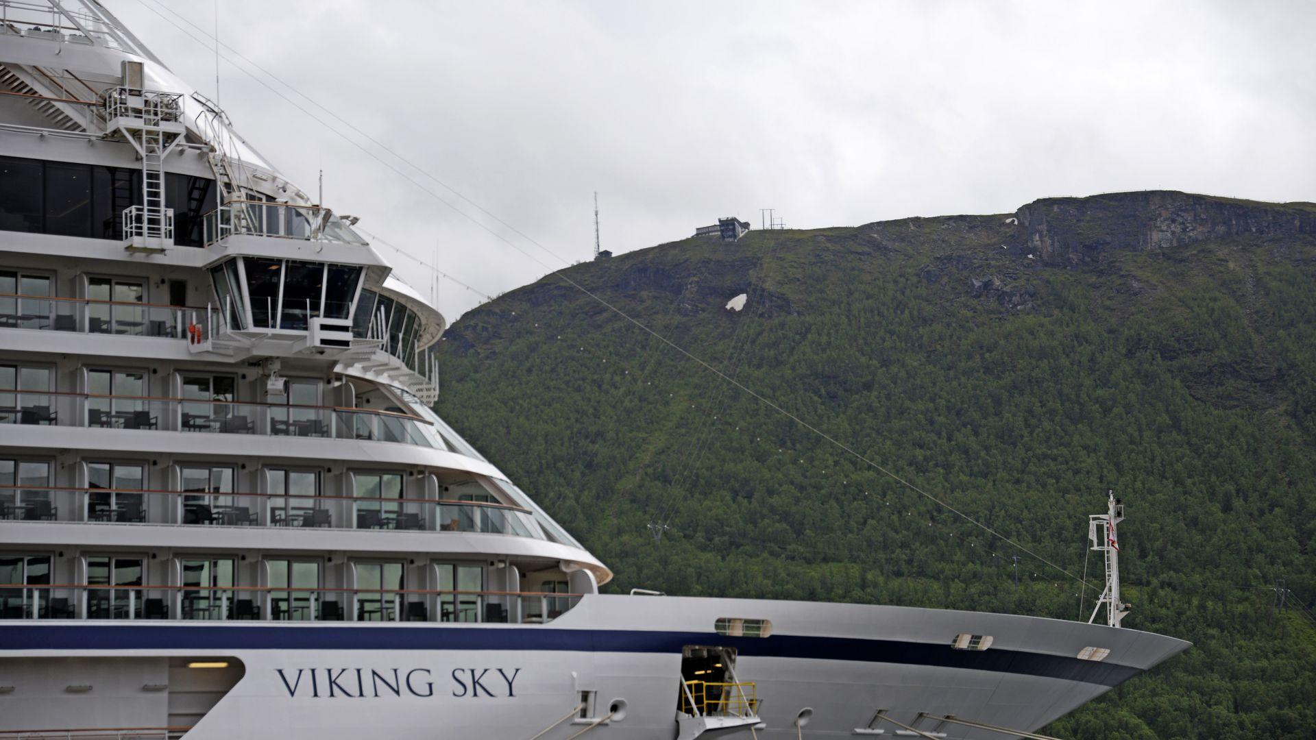Всички 1300 души на кораба, чийто двигатели отказаха вчера, недалеч