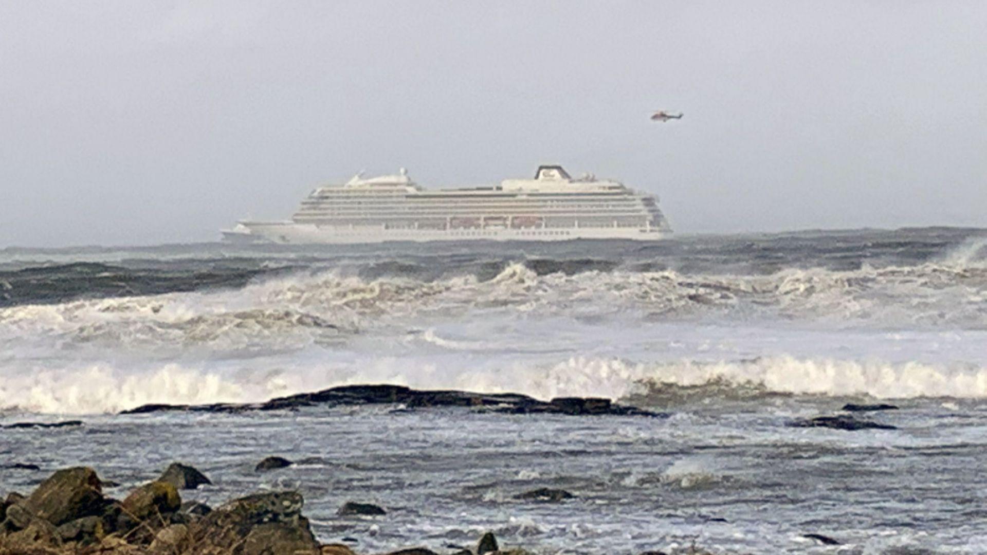 Спасителни хеликоптери евакуират хора от круизния кораб, претърпял повреда на