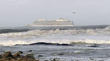 Хеликоптери евакуират пътниците на авариралия круизен кораб
