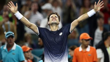 Федерер се размина с уплаха, но световният №3 си събра багажа