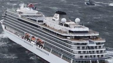 Хеликоптери успяха да изтеглят 3/4 от пътниците на бедстващия кораб край Норвегия