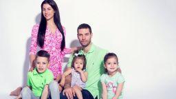 Двама възрастни, три деца и един тон боклуци