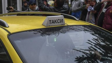 Прокуратурата сезира КЗК за таксиметрова фирма, работеща през мобилно приложение