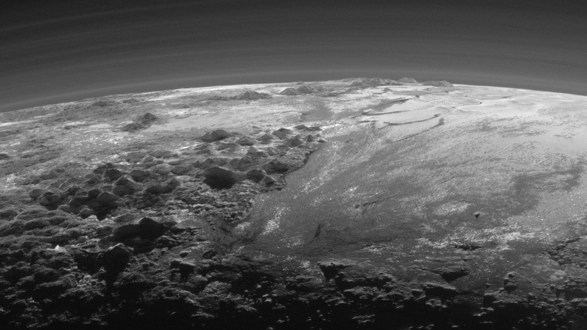 Плутон се оказа динамичен свят с променлив климат и синя атмосфера