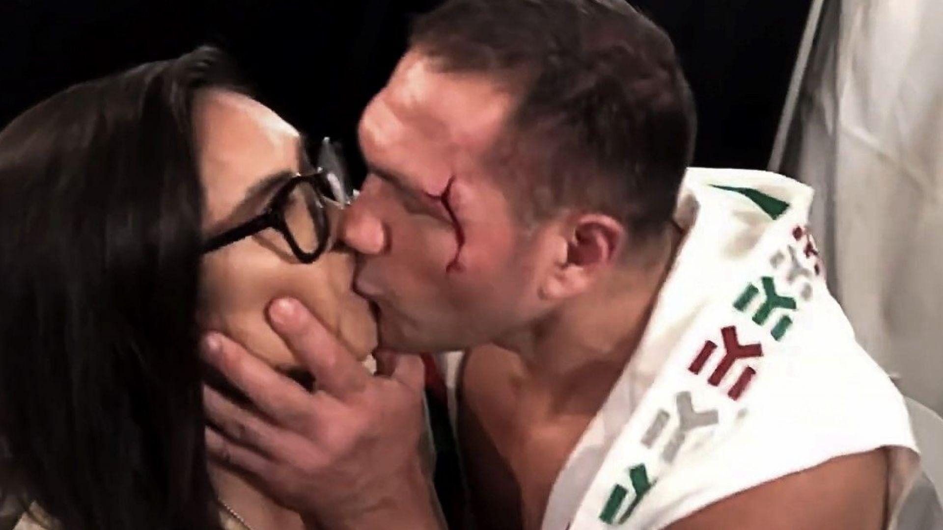 Кобрата кацна и коментира целувката