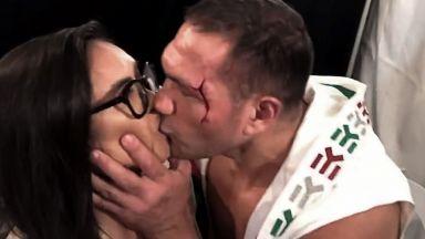 Появи се любопитно видео с целунатата от Пулев репортерка