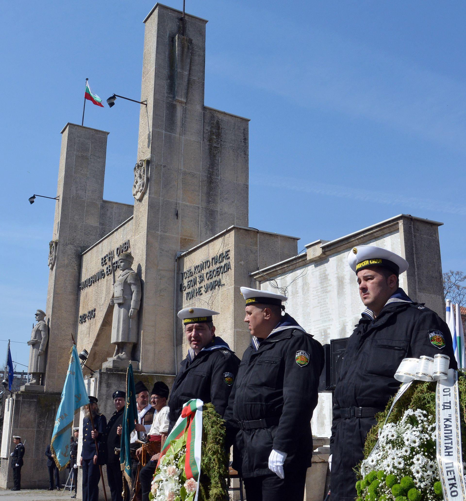 Пред Арката на 8-ми приморски пехотен полк във Варна се състоя церемония по отбелязването на 106-ата годишнина от превземането на Одринската крепост и Деня на Тракия