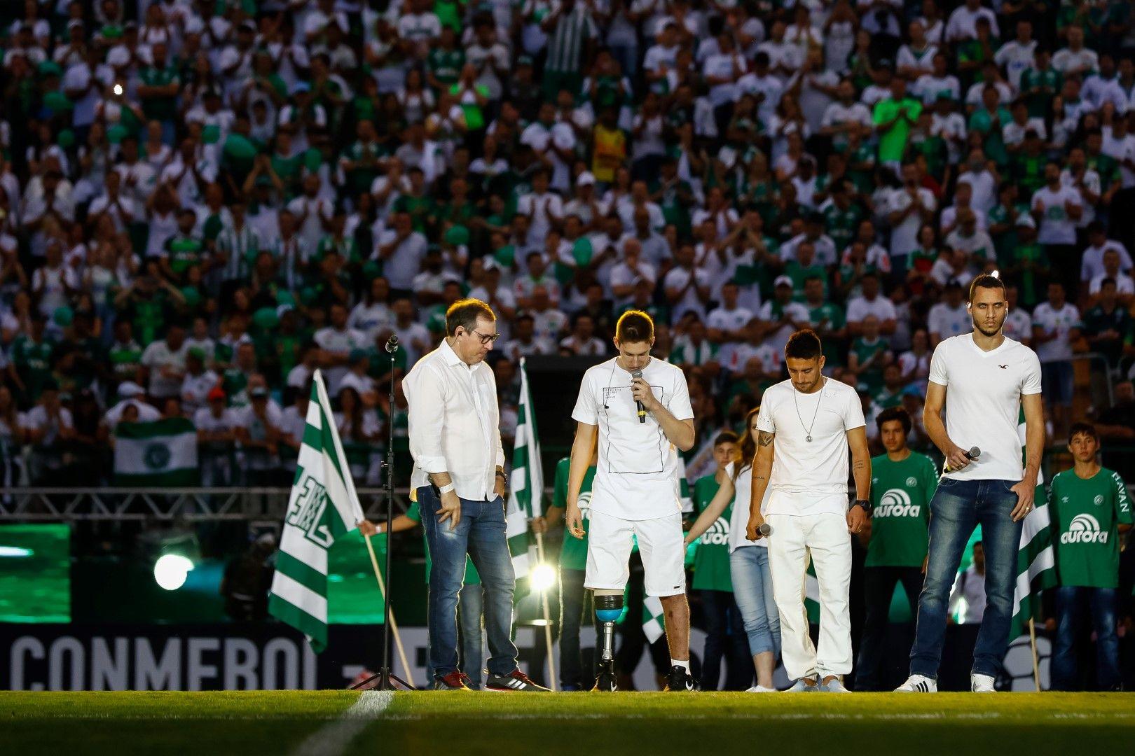 Хенсел, вляво, с тримата оцелели играчи на Чапекоензе при поклонението на стадиона на отбора след трагедията.