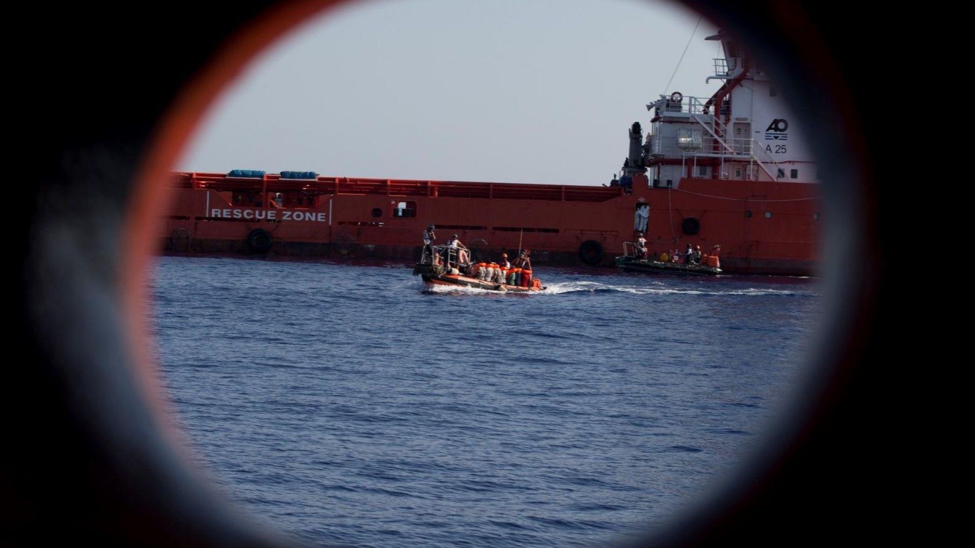 ЕС прекратява спасяването на мигранти във водите на Либия