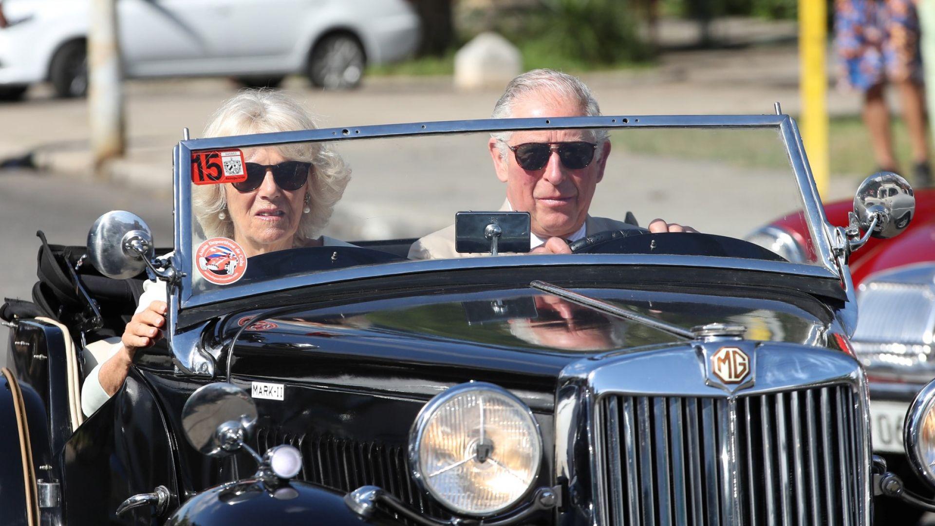 Принц Чарлз повози Камила на британски кабриолет в Хавана