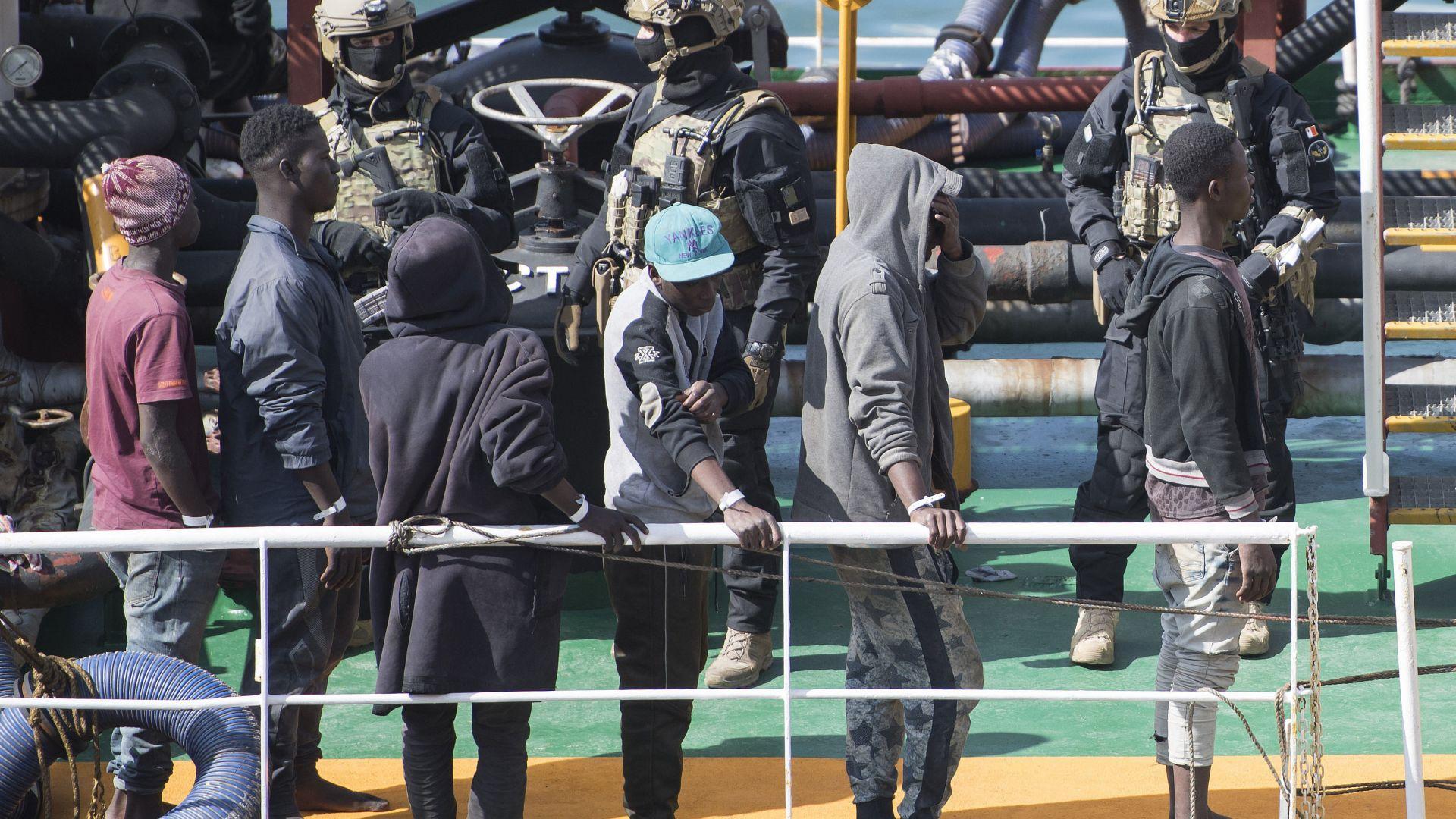 Малтийски военни щурмуваха отвлечения от мигранти кораб (снимки)