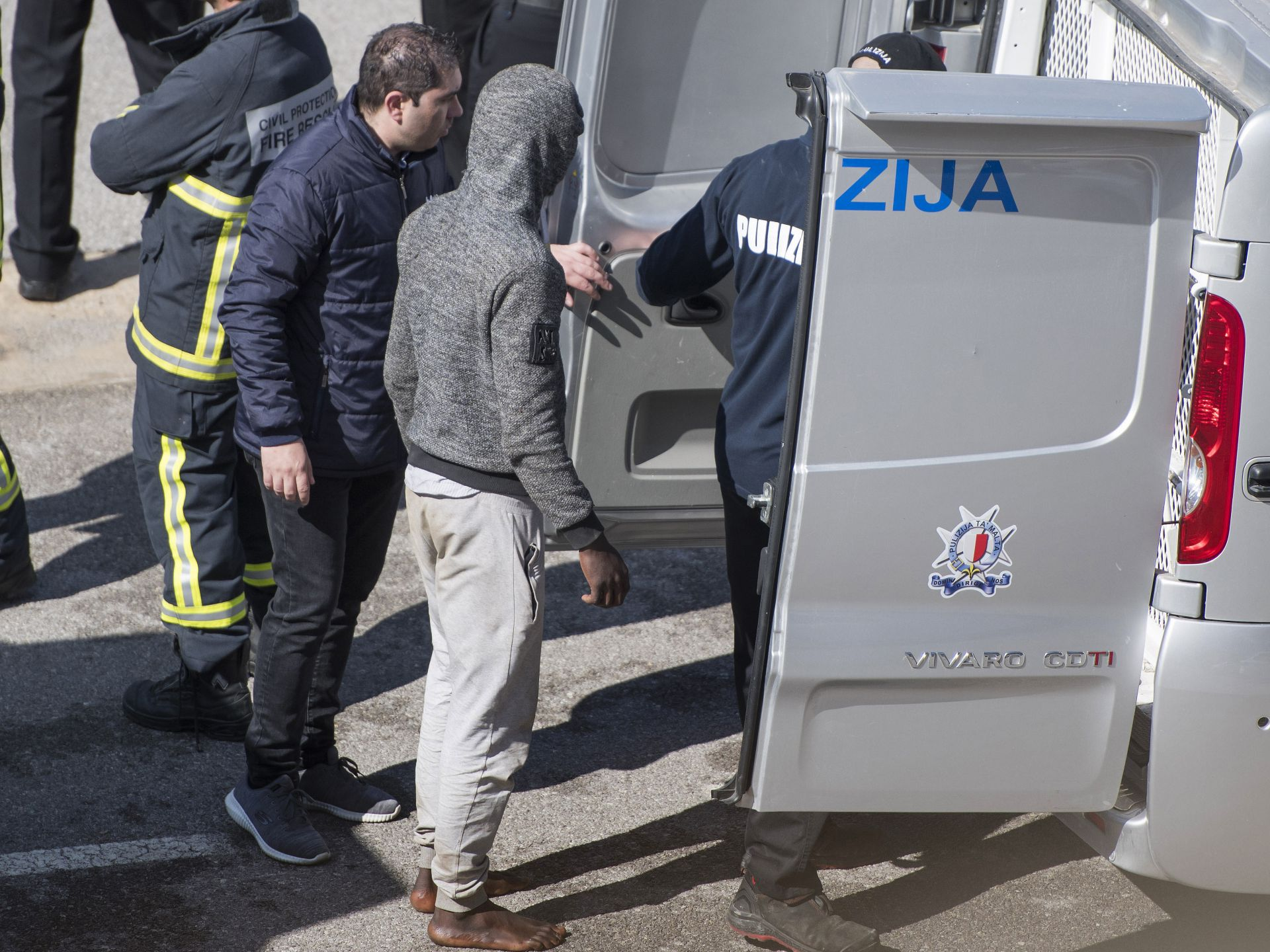 В района на пристанището на малтийската столица бяха разположени полицейски бусове и войници, които да охраняват мигрантите