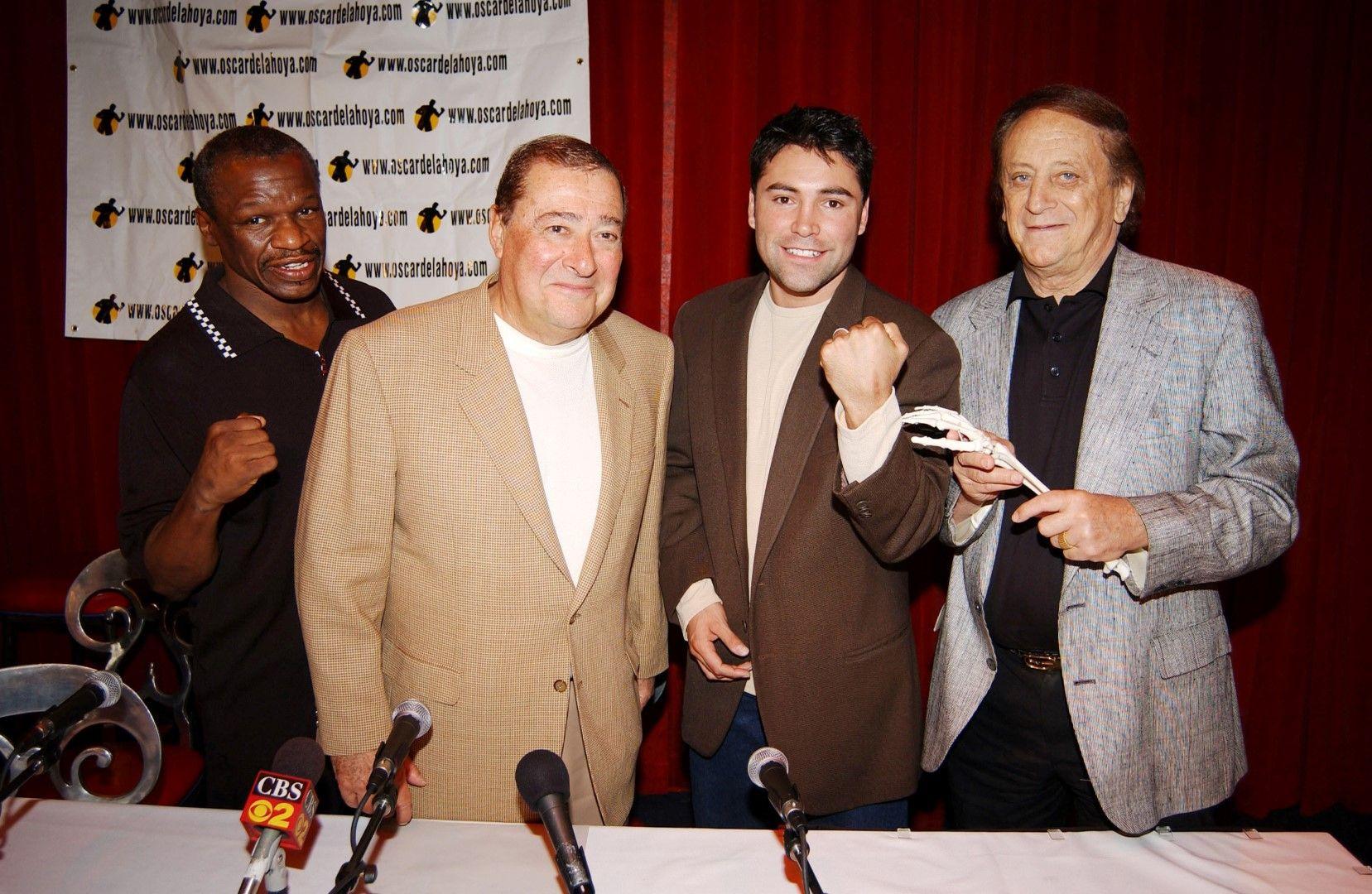С Флойд Мейуедър (старши-вляво) и Оскар де ла Оя (втори отдясно)
