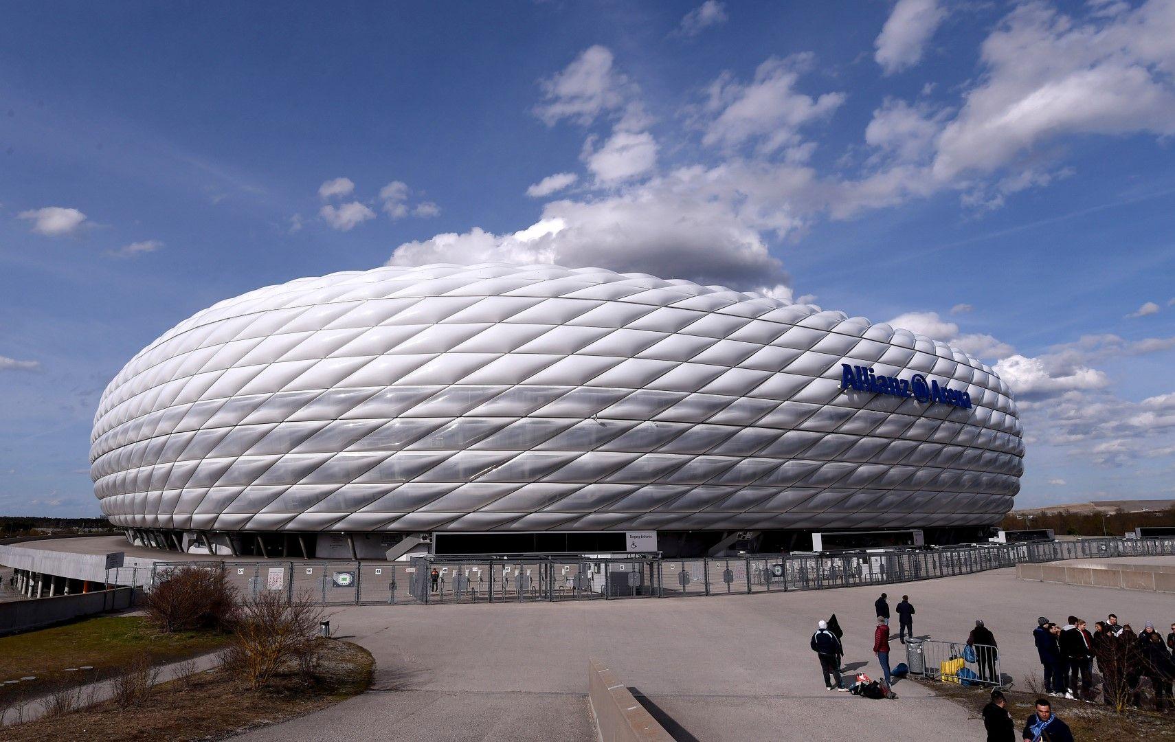 """""""Алианц Арена"""" е домът на Байерн (Мюнхен) и външният му дизайн е уникален спрямо тези на останалите стадиони. Построен е през 2005-а и събира 75 хиляди души, като струваше 340 милиона евро. Прие финала между Байерн и Челси (1:1) в Шампионска лига през 2012-а, както и полуфинала на Световното първенство през 2006-а между Франция и Португалия (1:0)."""