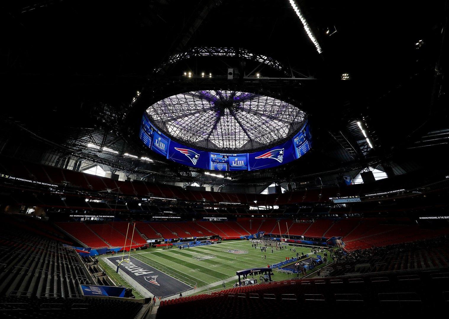 """Този подвижен покрив на """"Мерцедес Бенз Арена"""" в Атланта е може би един от най-красивите в света. Стадионът е чисто нов - открит през август 2017-а и е дом на Атланта Фалконс (американски футбол) и Атланта Юнайтед (футбол). Именно развитието на футболния отбор налага строежа на страхотното съоражение, на което се игра и последният Супербоул."""
