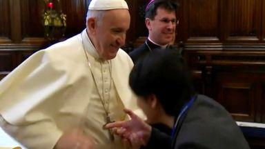 Папата обясни защо дърпа ръката си, когато искат да целунат пръстена му