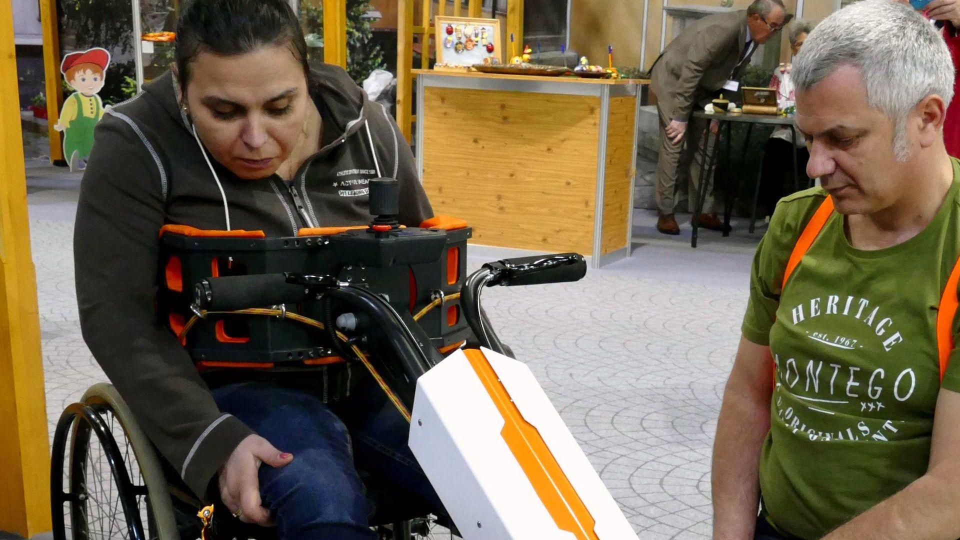 Съпруг на парализирана жена създаде уникален робот-помощник (снимки)