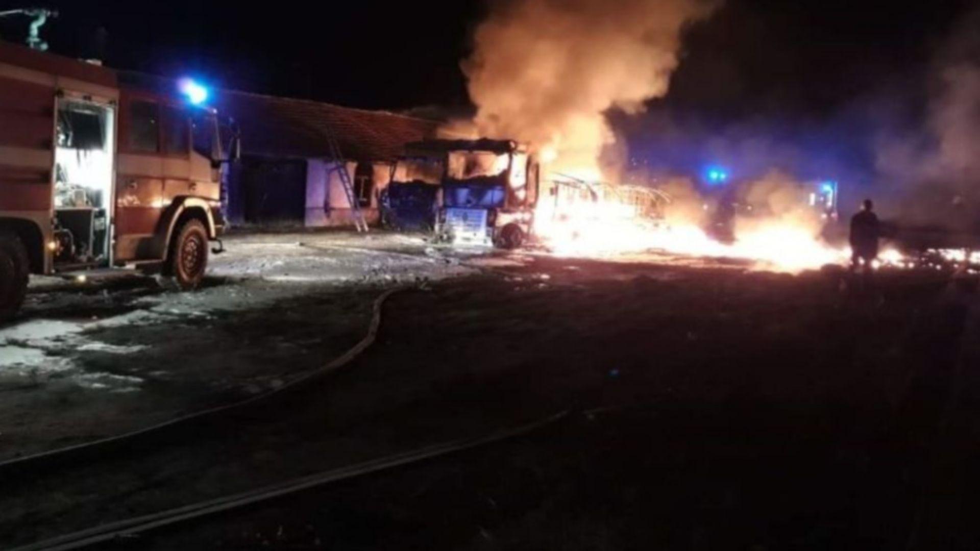 Камион с контейнери с разредител пламна в движение (снимки)