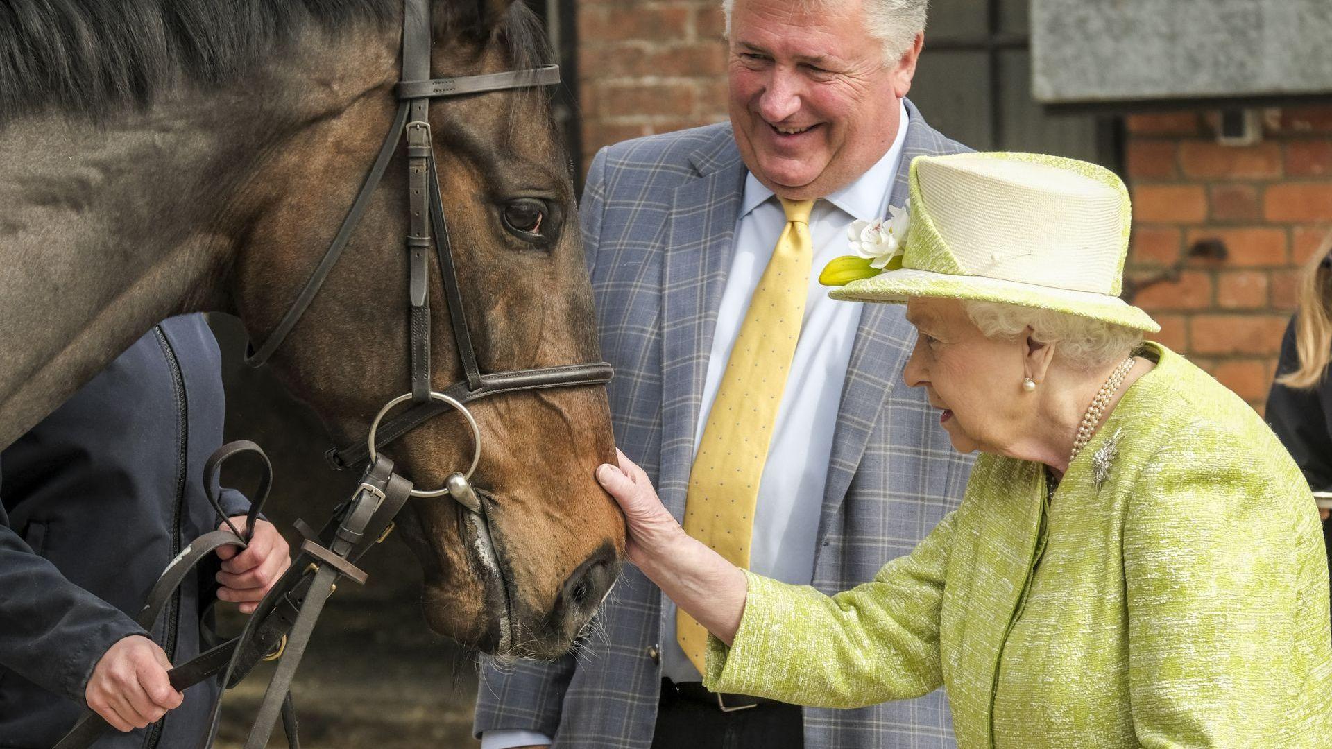 Елизабет II демонстрира любовта си към конете (снимки)