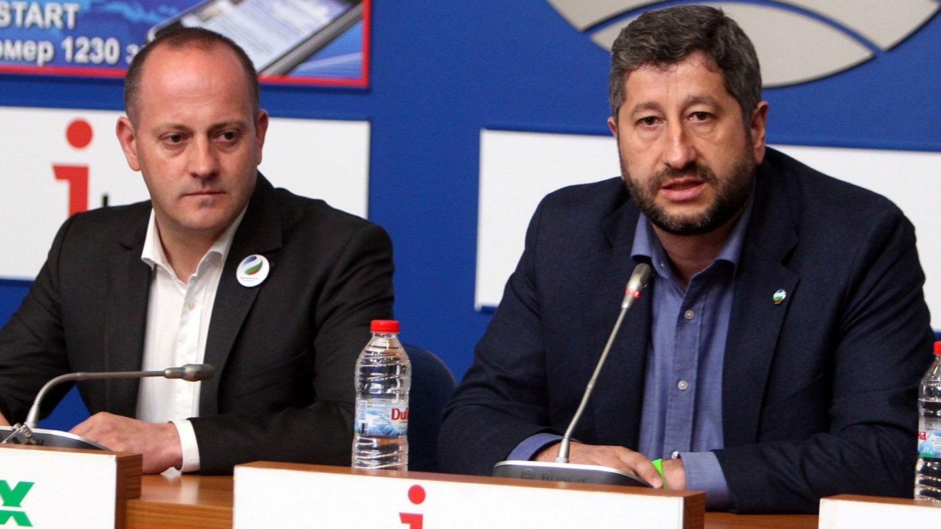 """""""Демократична България"""" печели вота на българите в чужбина"""