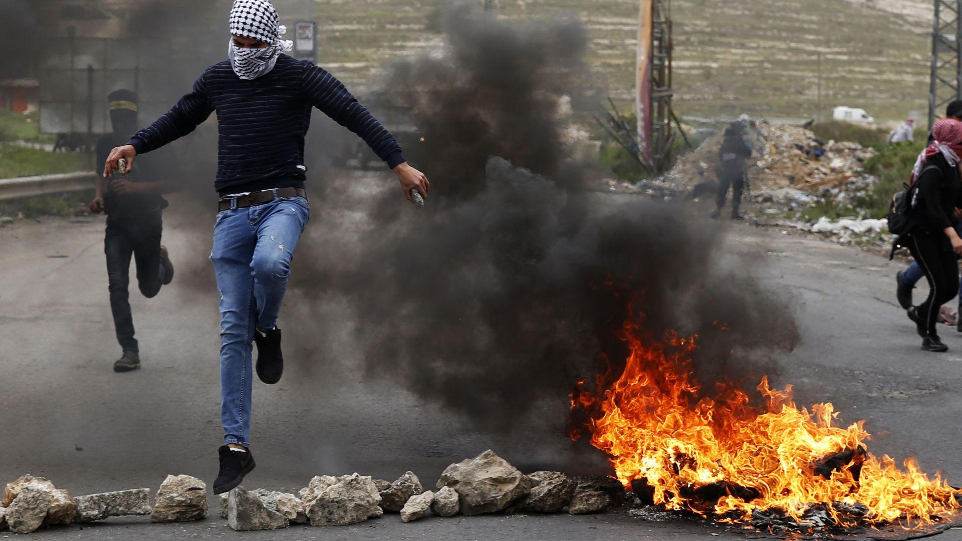 Двама демонстранти загинаха в Газа при сблъсъците с израелската армия