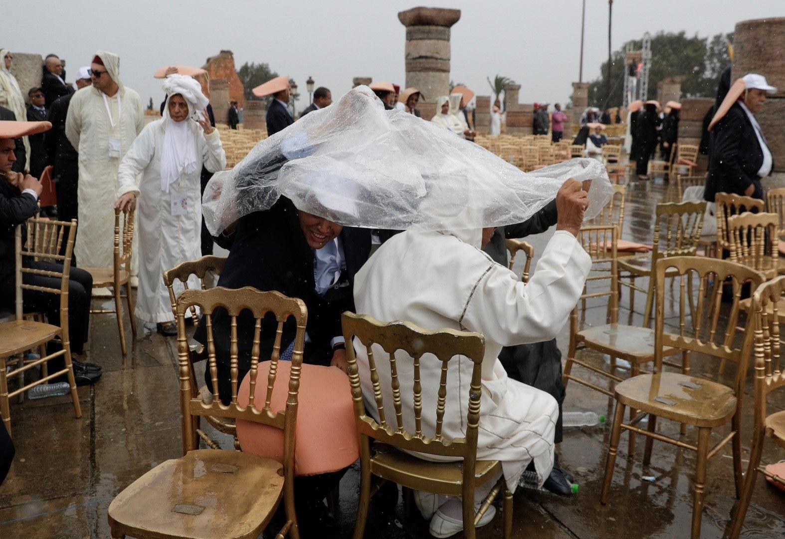 Въпреки дъжда, много хора се събраха да видят папата