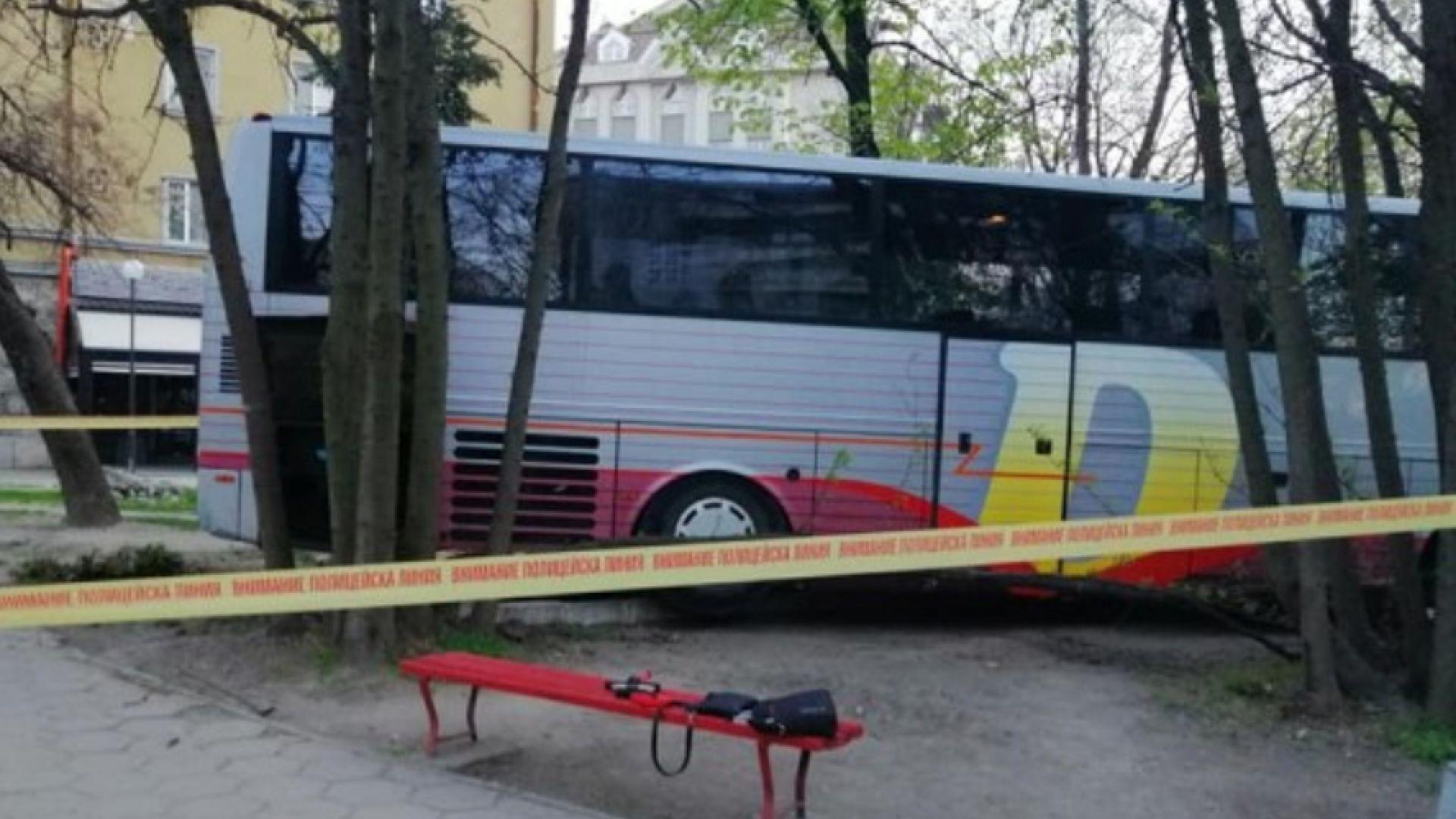 Автобус се заби край спирка в Пловдив, шофьорът почина