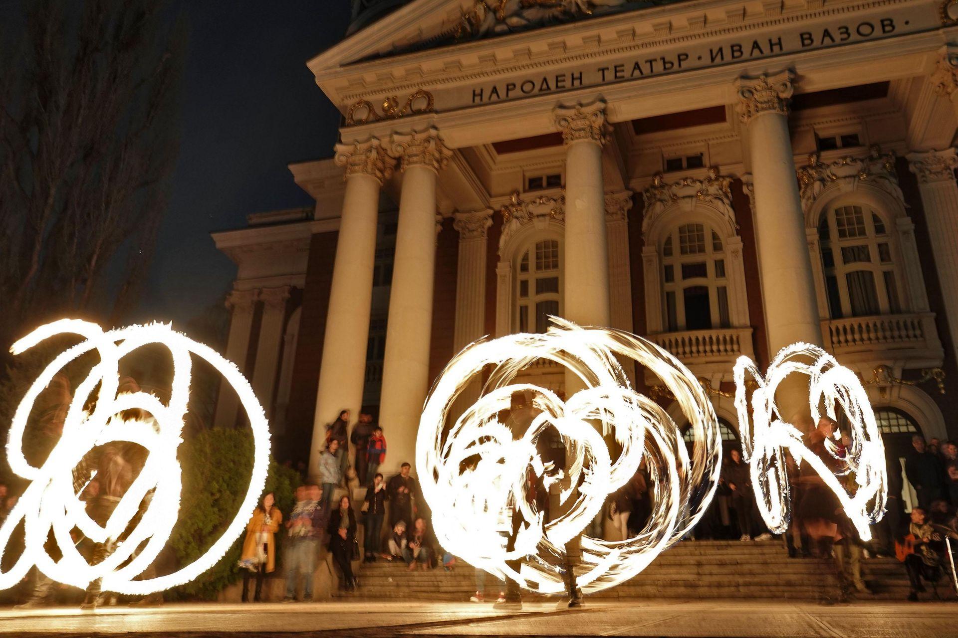 """""""Часът на земята"""" беше отбелязан пред Народния театър в София"""