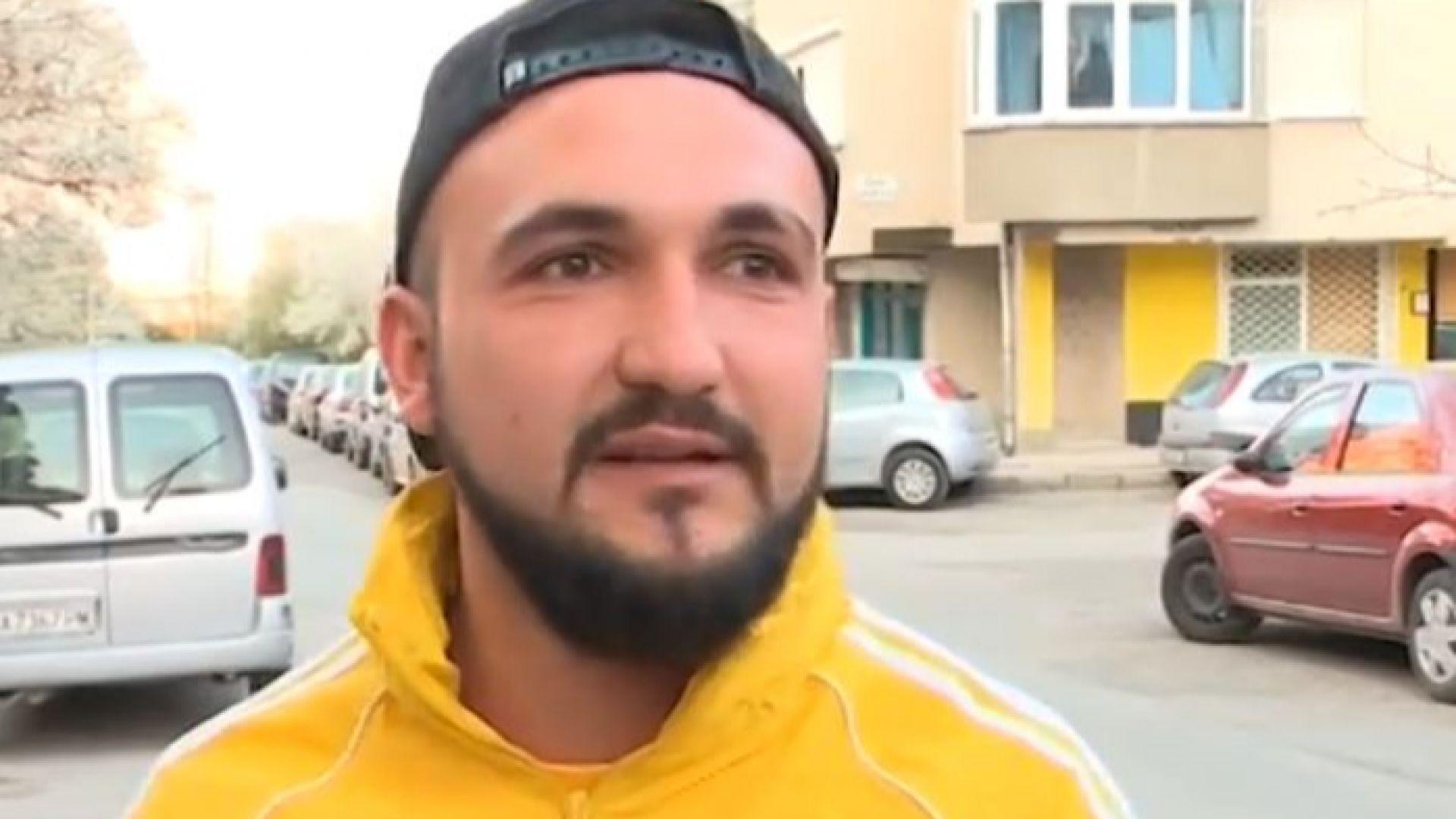 Млад мъж от София сам запълва дупките по улиците