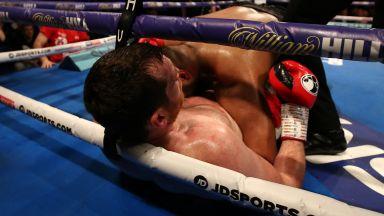 Докато Кобрата целува, негов колега хапе противника по време на мач