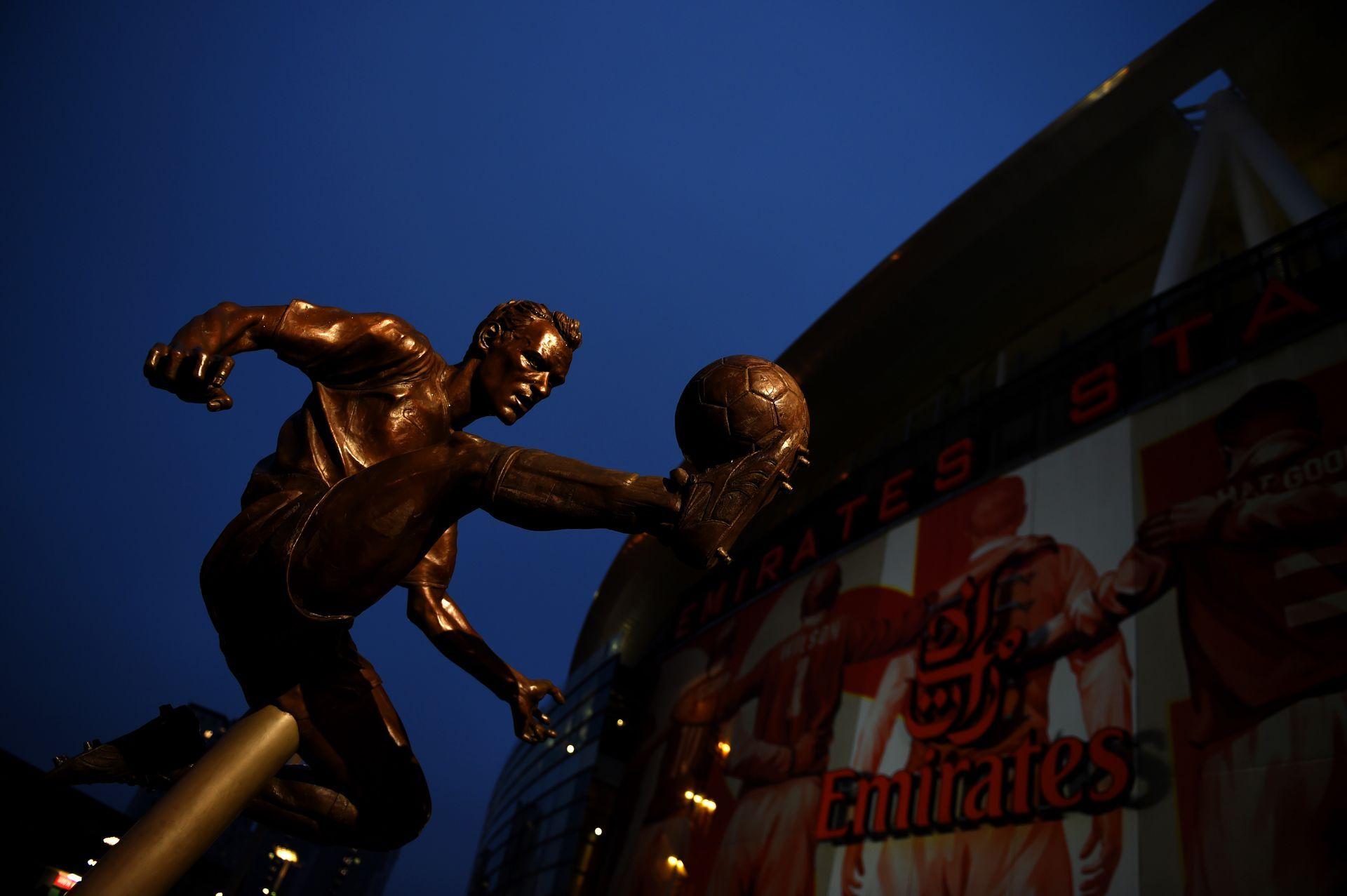 Не е случайно, че статуята на Бергкамп краси стадиона на Арсенал.