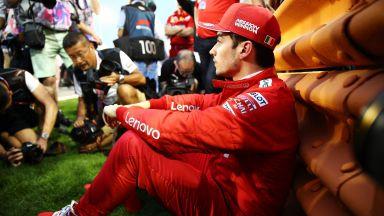 """Болидът на """"Ферари"""" предаде дебютанта Леклер и му отне сигурна победа"""