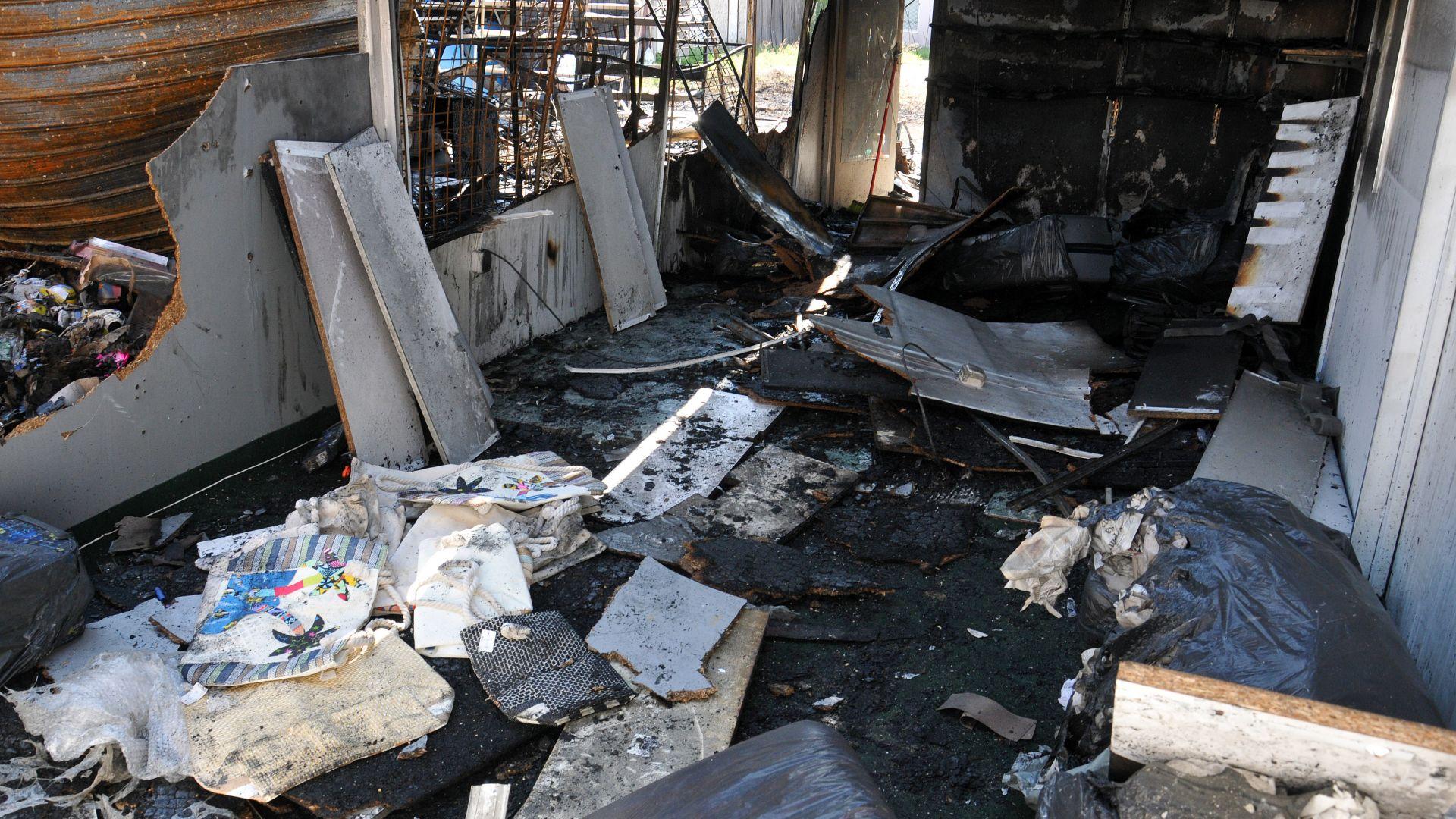 Пожар изпепели 3 магазина в центъра на Слънчев бряг (снимки)