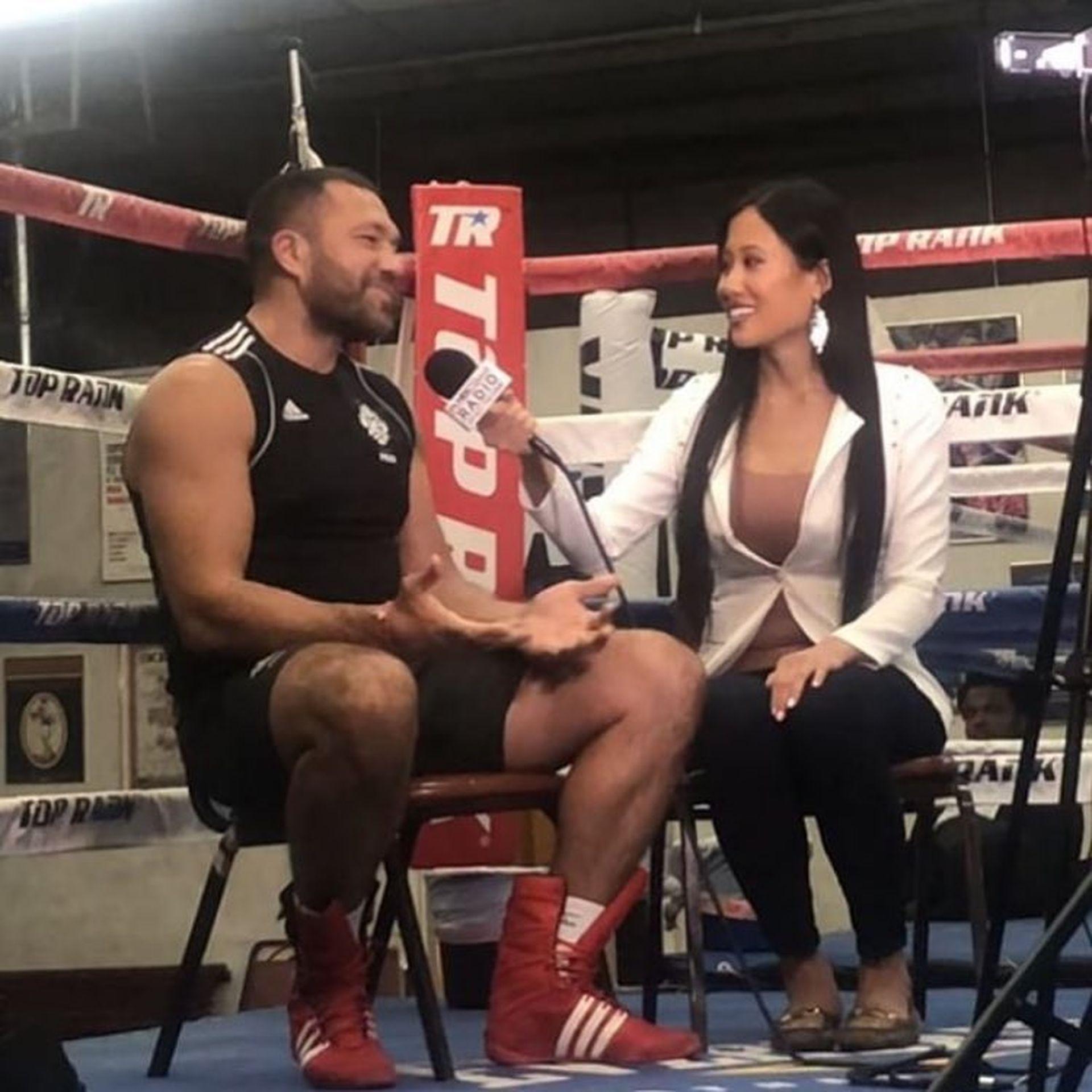 Репортерката интервюира Кобрата преди боя с Дину