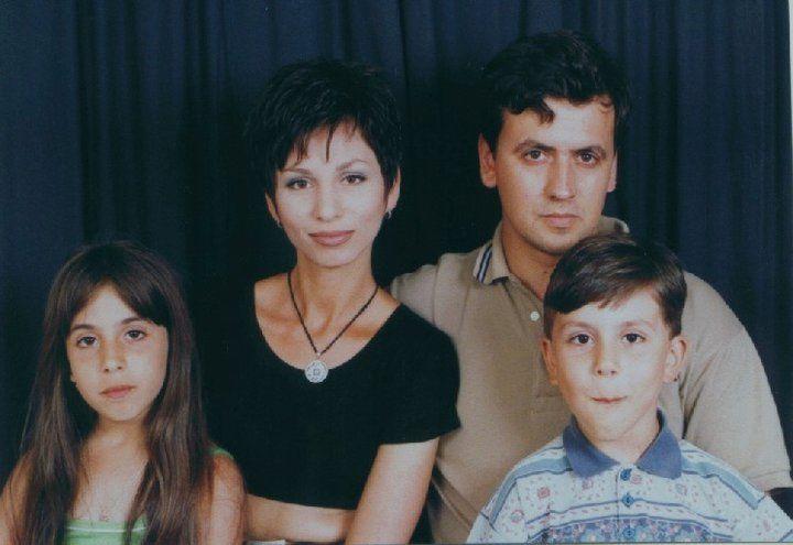 Тони с родителите си и брат си Даниел